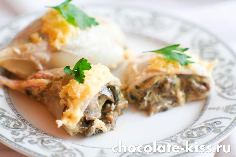 Кальмары с грибами в духовке