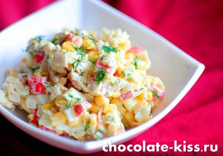 Салат с крабовыми палочками, сыром и кукурузой