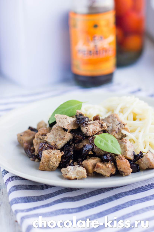 Свинина с черносливом на сковороде