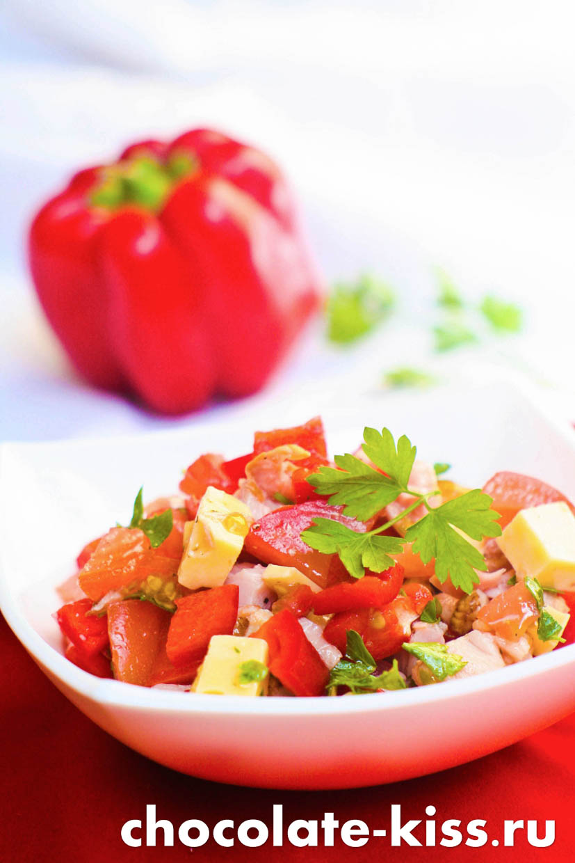 Салат с копченой курицей помидорами и сыром