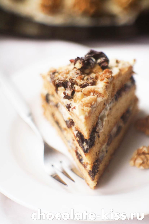 Сметанный торт с орехами и черносливом