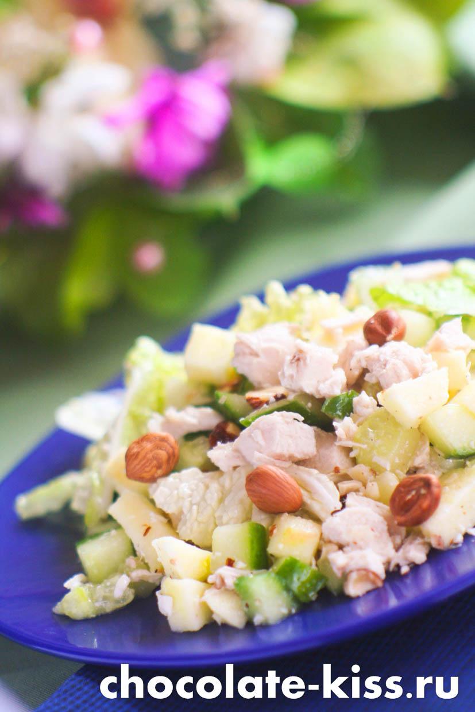 Салат с курицей орехами и огурцом