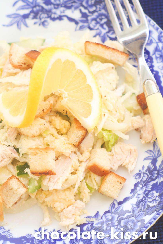 Салат с курицей сухариками и огурцами