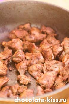 Куриная печень с луком в соусе