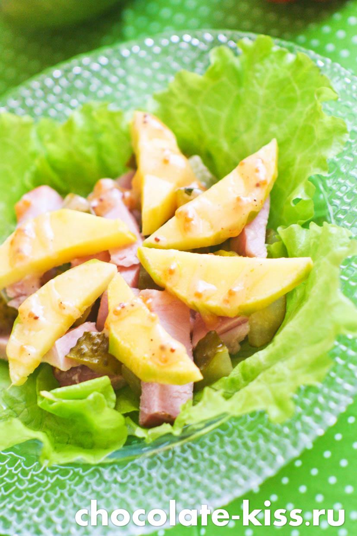 Простой салат с манго