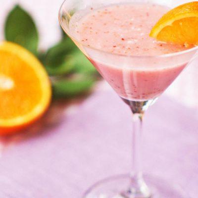 Алкогольный коктейль с клубникой