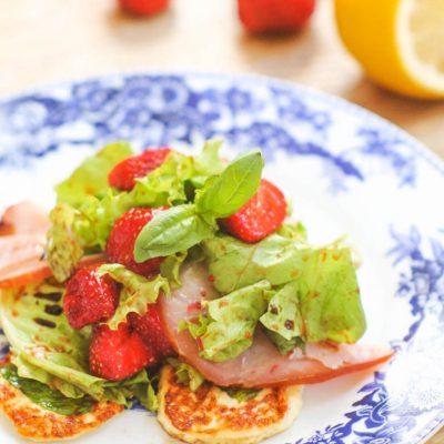 Салат с клубникой и сыром