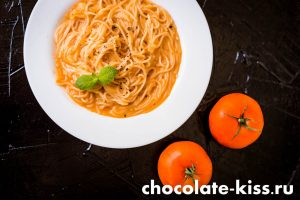 Спагетти с томатным соусом